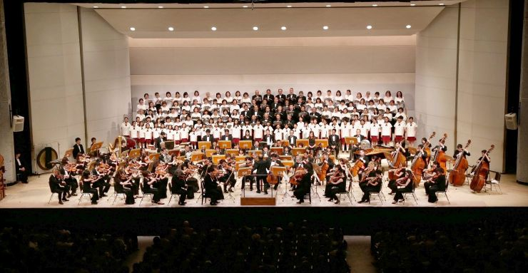 東京フィルハーモニー交響楽団と長岡フェニックス合唱団、長岡少年少女合唱団が共演した特別演奏会=1日、長岡市立劇場