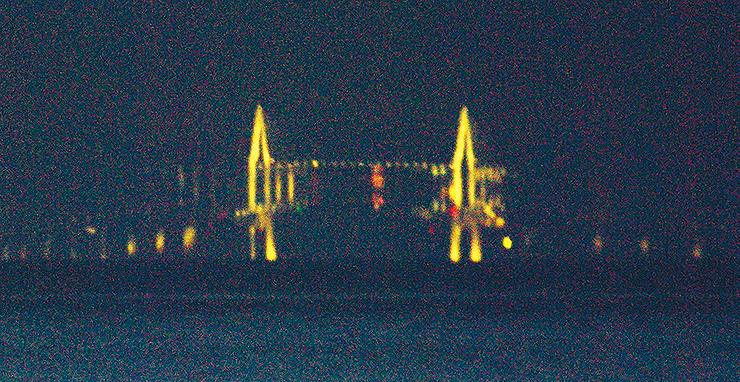 蜃気楼が発生し、中央部分が上下に反転して見える新湊大橋=2日午後7時45分ごろ(武隈和男さん撮影)