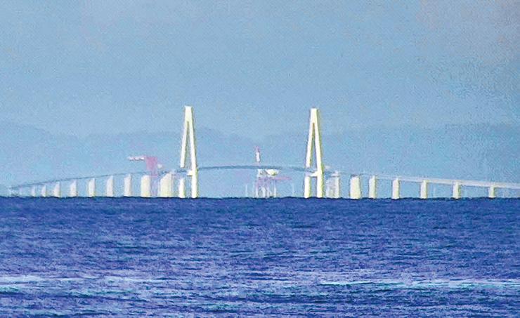 昼間、蜃気楼が発生していないときの新湊大橋(魚津埋没林博物館提供)
