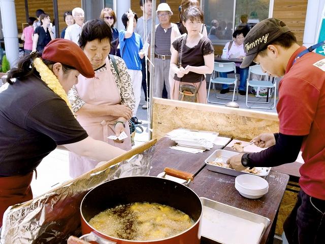 観光客らが行列を作ったサクラマスの試食会=7月1日、福井県永平寺町の道の駅「禅の里」