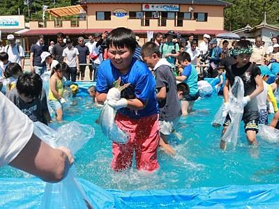 夏告げる活魚のしぶき 村上・笹川流れ海開き