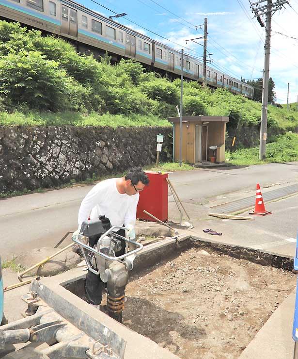 「聖地巡礼発祥の地」の碑設置に向け田切駅近くで進む基礎工事