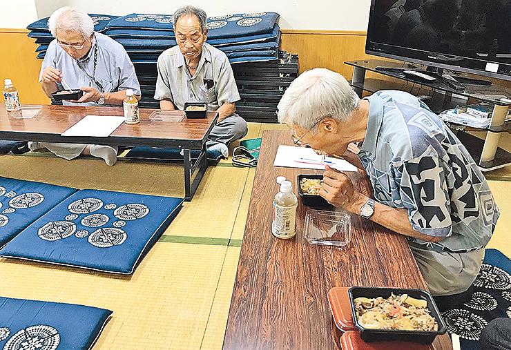 権次郎牛丼を試食する実行委のメンバー