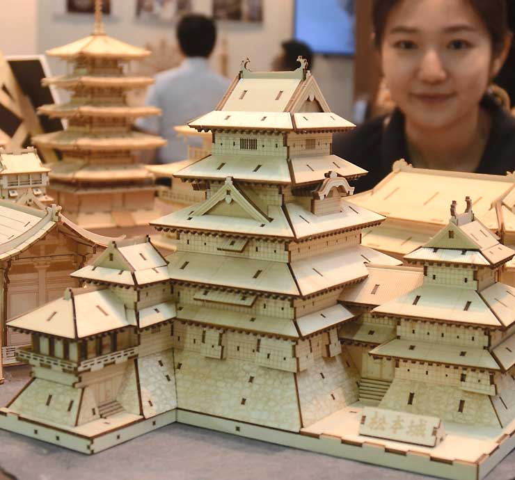 国際デザイン製品展で初披露された松本城の木製パズル