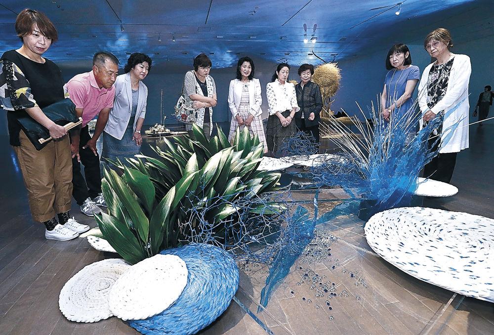 力作を鑑賞する来場者=金沢21世紀美術館