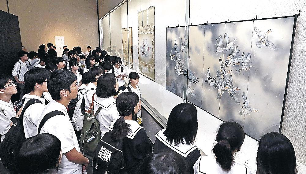 光瑤の優れた鳥の描写力に目を見張る辰巳丘高の生徒=金沢市の石川県立美術館