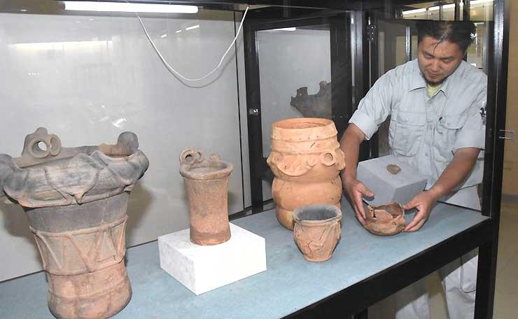模様や突起の数はいくつかな? 数をテーマに土器などが並ぶ展示=井戸尻考古館