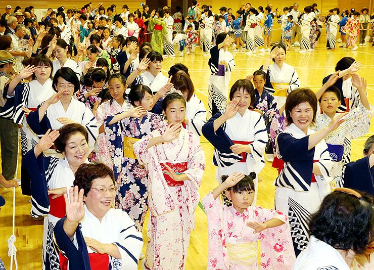 大勢の住民が参加して楽しんだ輪踊り=戸出コミュニティセンター