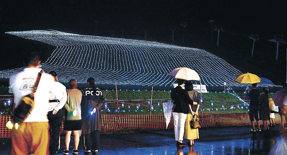 LEDでゲレンデに描き出された「手取川の流れ」=白山市の白山一里野温泉スキー場