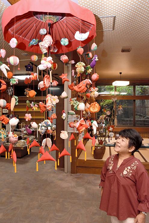 別所温泉の「旅の宿南條」に飾られたつるし飾りを眺める滝沢さん