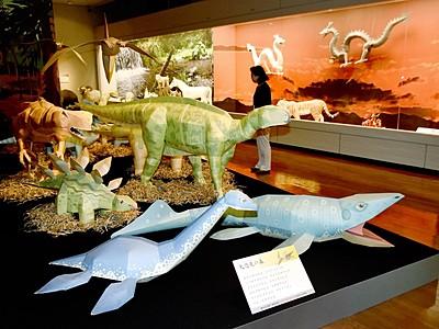 越前和紙で恐竜やコウノトリ 福井県越前市・公会堂記念館