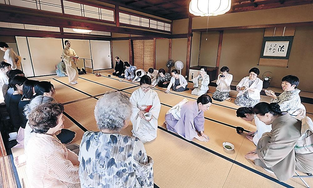 節目の茶会で一服する会員=金沢市の宝円寺