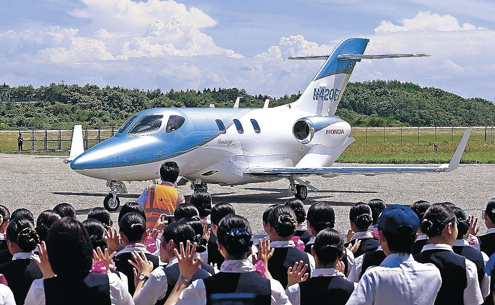 ホンダジェット最新機種の飛来を歓迎するセレモニー=日本航空学園能登空港キャンパス