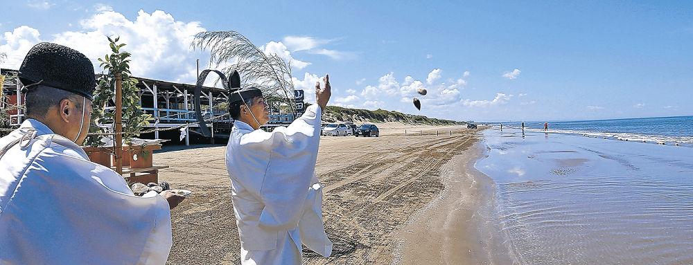 浜開きで夏の安全とにぎわいを祈る関係者=羽咋市の千里浜海水浴場