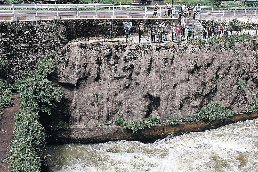 手取川七ケ用水の起点を見学する参加者=白山市白山町