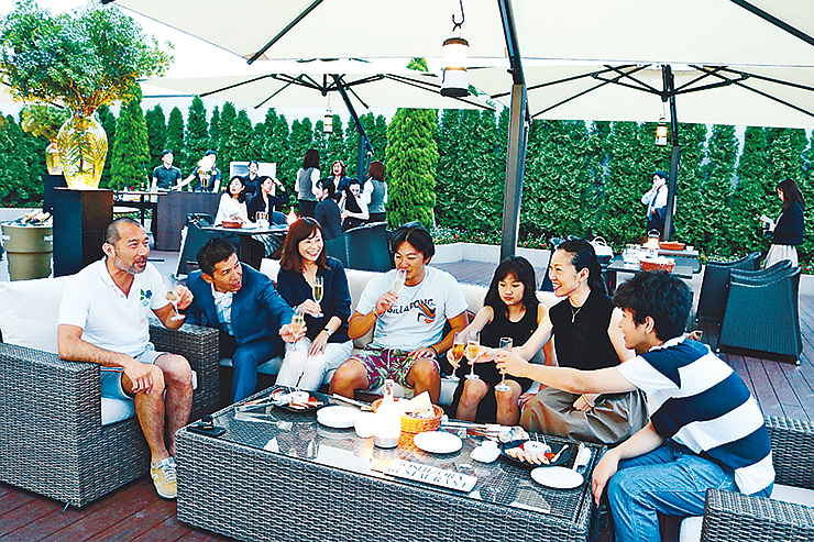 テラスで食事を楽しむ来場者=オークスカナルパークホテル富山