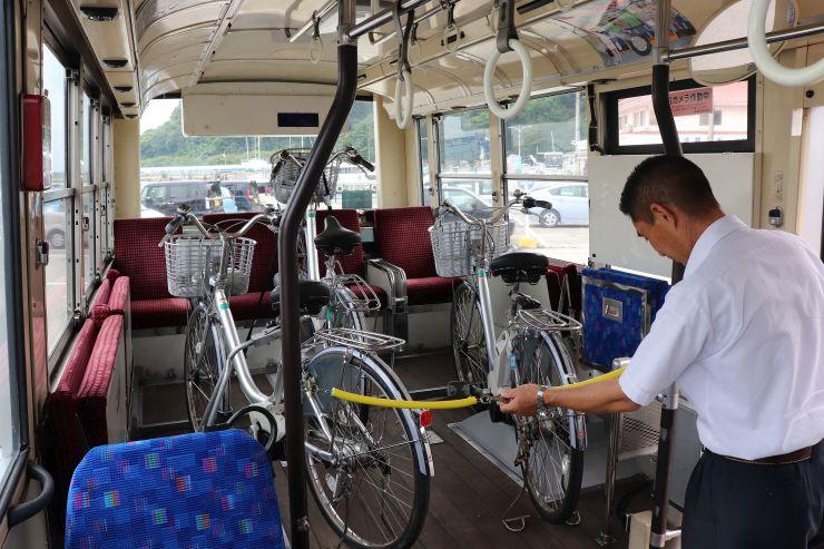 県内で初めて運行される自転車ラックバス=11日、佐渡市