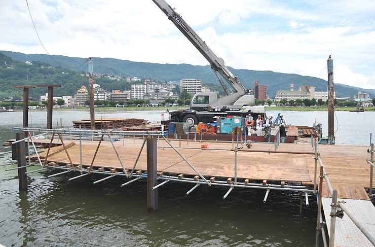 初島近くで建設が進む、桟橋状の打ち上げ台