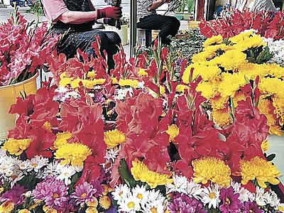 新盆控え金沢で墓参花束作り