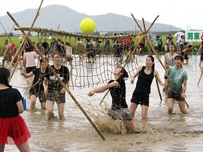 泥にまみれて勝負楽しもう 新潟・西蒲区、8月16日