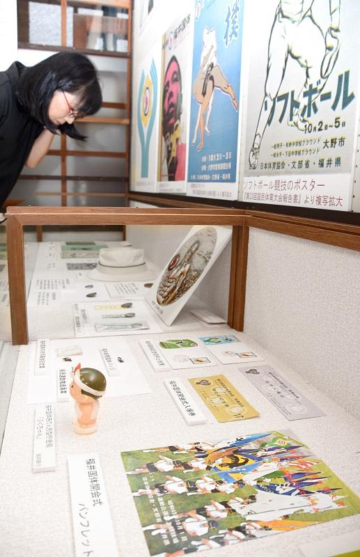 1968年の福井国体関連の品が並ぶ企画展=福井県大野市民俗資料館