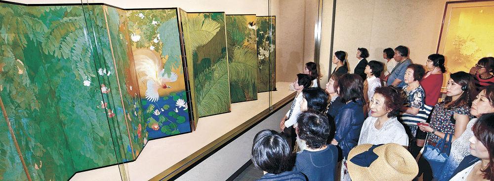 光瑤の「熱国妍春」にじっくりと見入る来場者=金沢市の県立美術館