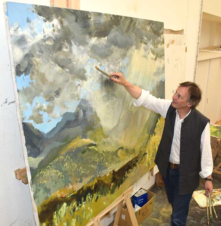 滞在中の別荘で天狗岳の油彩画を描くホーアさん