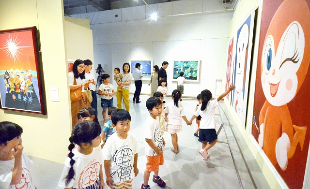 ドキンちゃんの巨大画などに見入る子どもたち=7月14日、福井県あわら市の金津創作の森