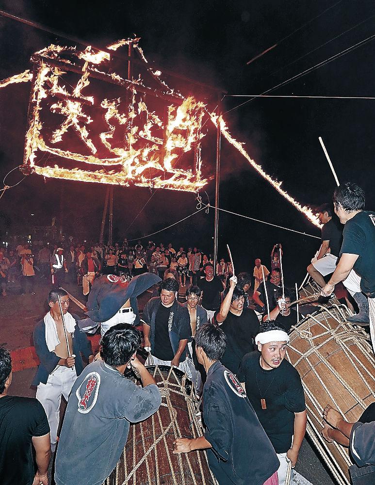 火文字をともし、太鼓の演奏が繰り広げられた横江の虫送り=白山市横江町