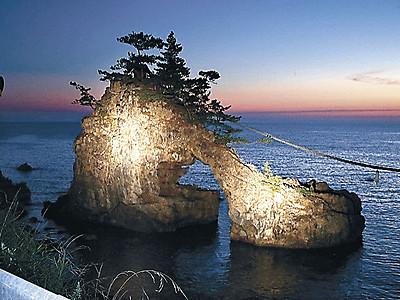 機具岩に柔らかな光 富来でライトアップ始まる