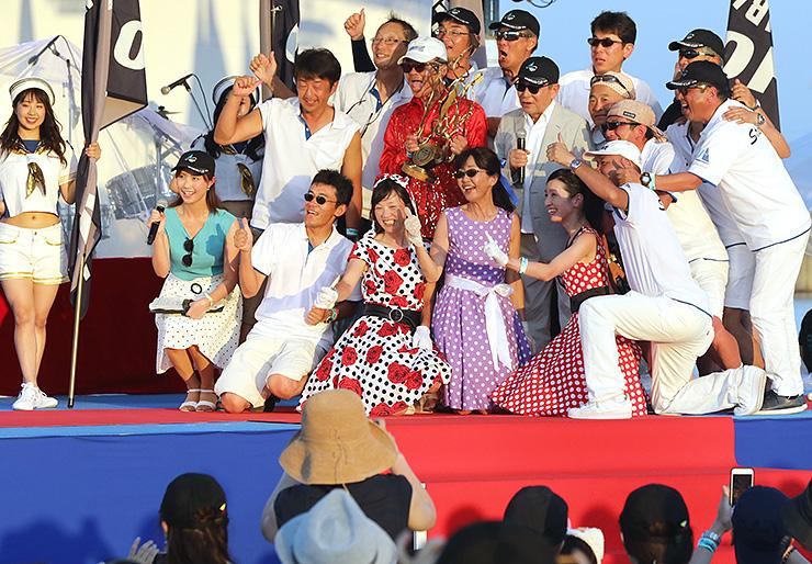 タモリさんと記念写真を撮る総合優勝したSTARDUSTのメンバー=県新湊アリーナ