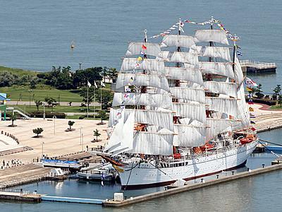 海王丸で総帆展帆 白い貴婦人「海の日」祝う