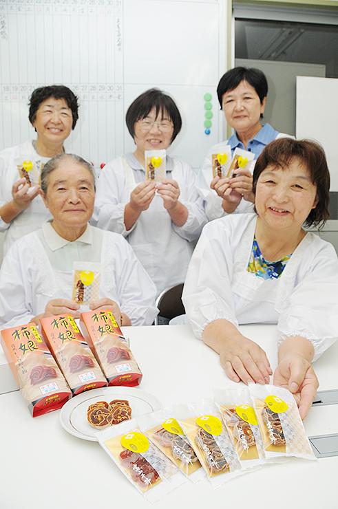 新商品「福の菓づつみ」を開発したみかくグループのメンバー