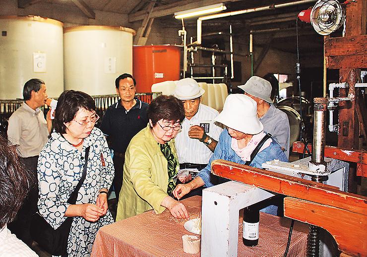 畑醸造でしょうゆを味わう参加者