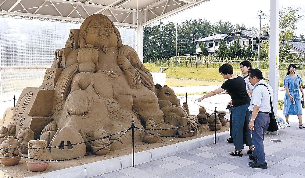 1年間で6万円超の「投げ銭」があった大型砂像=羽咋市の道の駅のと千里浜
