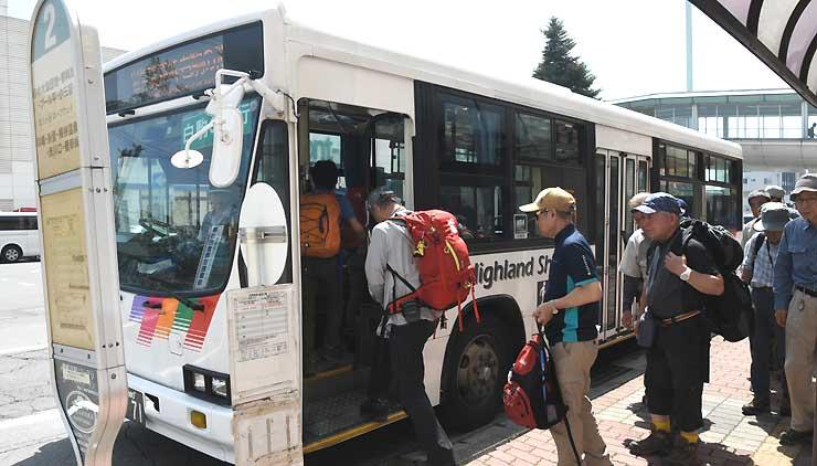 茅野駅で麦草峠線の路線バスに乗り込む観光客ら