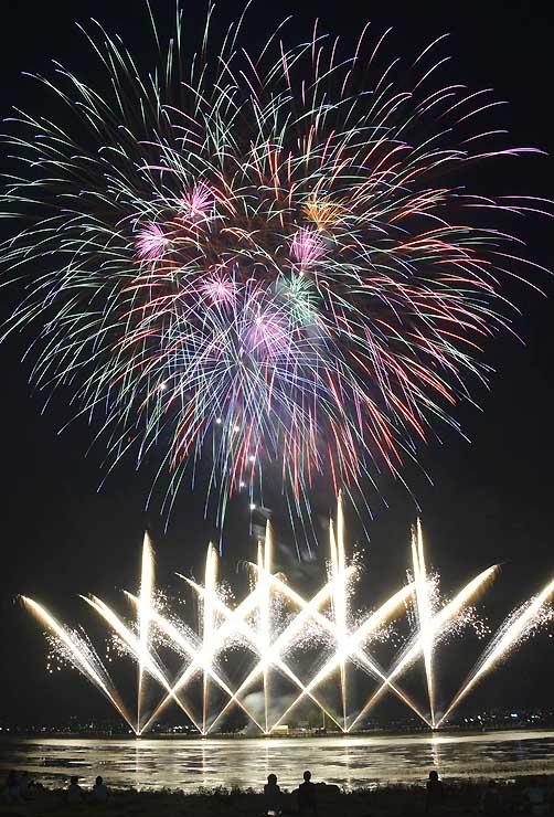 諏訪湖に花火シーズンの到来を告げた上諏訪温泉宿泊感謝イベントの花火