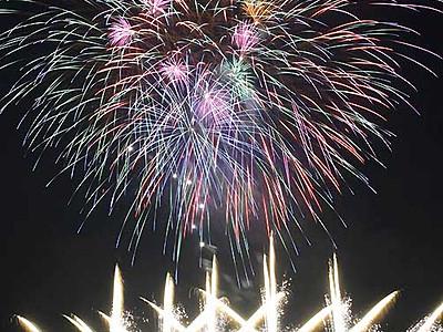諏訪湖の花火シーズン告げる3000発 宿泊感謝イベント