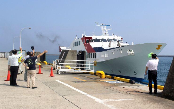 試験運航で小木港から出航する高速船「あいびす」=18日、佐渡市