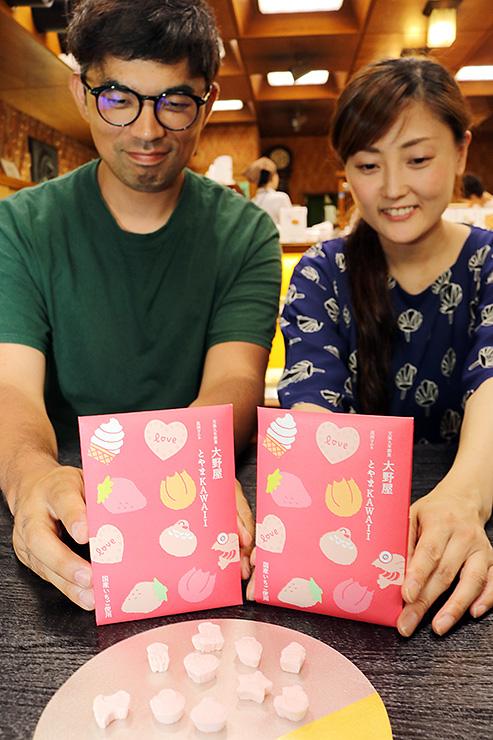 TGCに合わせて発売する「高岡ラムネ」を紹介する大野さん(右)と金森監督=大野屋