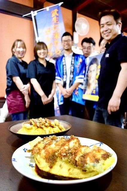 オムライスに豚カツの代わりにウナギのカツを載せた新商品「ウナボルガライス」=7月17日、福井県越前市の和ん酒