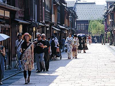 炎暑のひがし茶屋街、日陰求め 石川県内真夏日