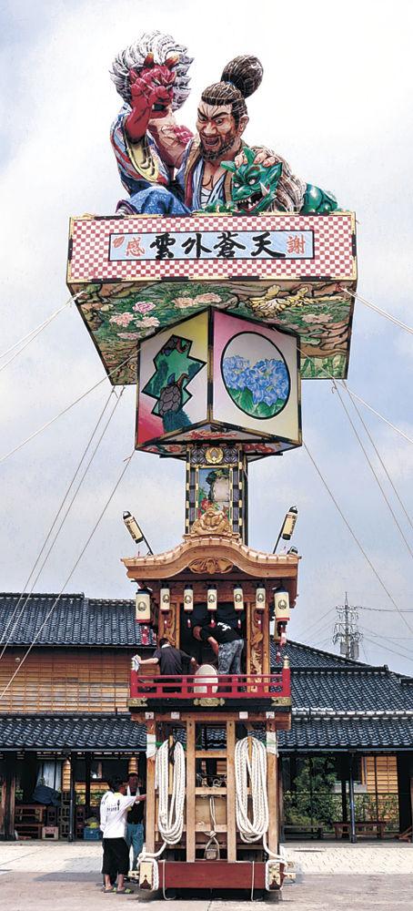 迫力ある人形を載せて組み上がった燈籠山=珠洲市の飯田わくわく広場