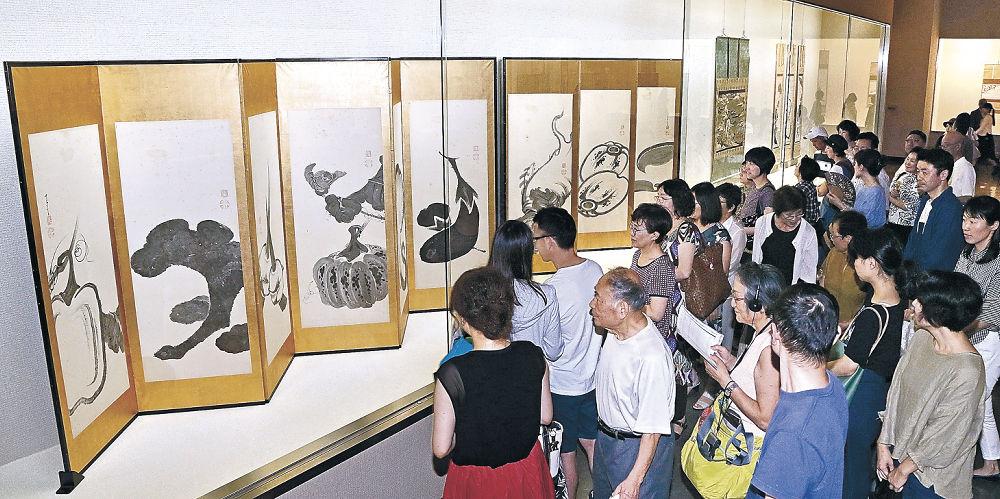 ユーモラスに野菜を描いた若冲の墨絵に見入る鑑賞者=金沢市の石川県立美術館