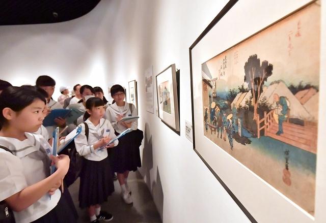 貴重な初摺の「東海道五十三次」の作品に見入る生徒ら=7月21日、福井県の福井市美術館