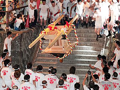 あばれみこし飛ぶ熱い夜 宮田村で祇園祭