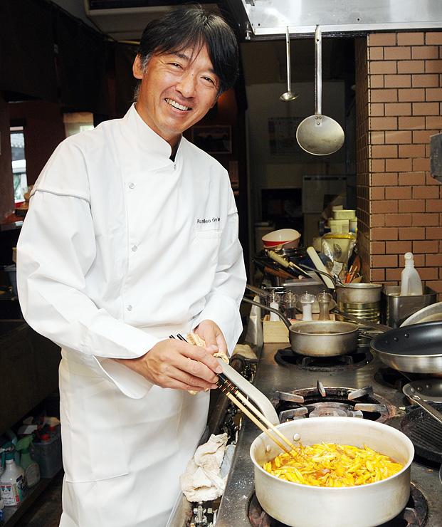 新しいレストランの厨房で笑顔を見せる澤田さん
