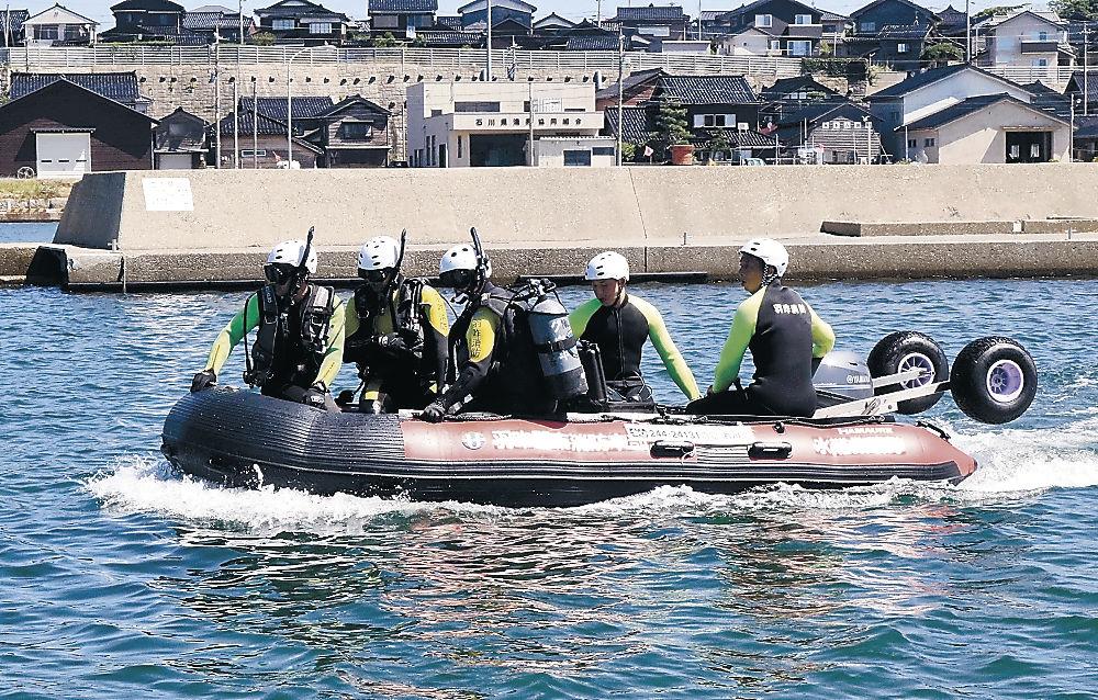 ウレタン製水難救助用ボートを使って訓練する消防署員=羽咋市の滝港マリーナ