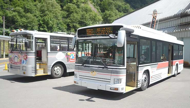 来年4月から運行予定の電気バス(右)。左奥はトロリーバス