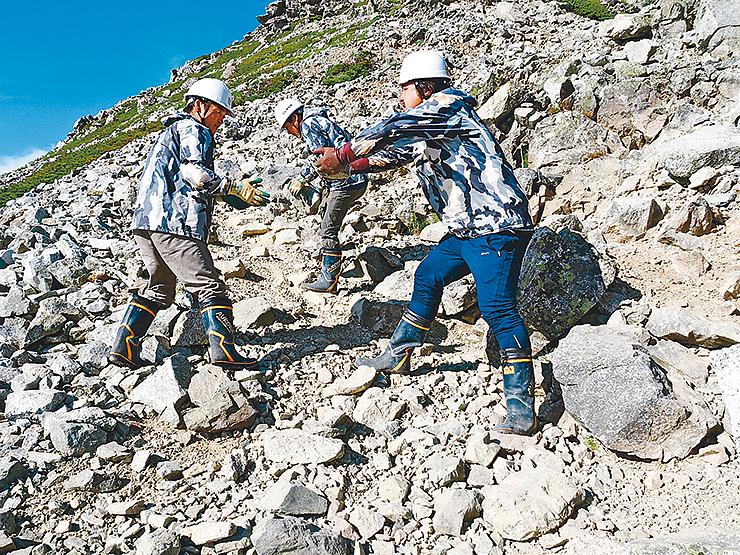 登山道を整備するネパールの山岳ガイド=立山・一ノ越付近